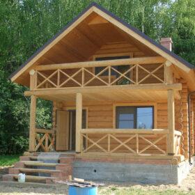 Дом из бревна с балконом